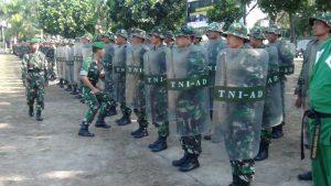 Dandim 0723/klaten Letkol Inf Thomas Heru Mendobrak Personil PHH untuk Mencoba Kemampuan Tameng yang dibawa Personil